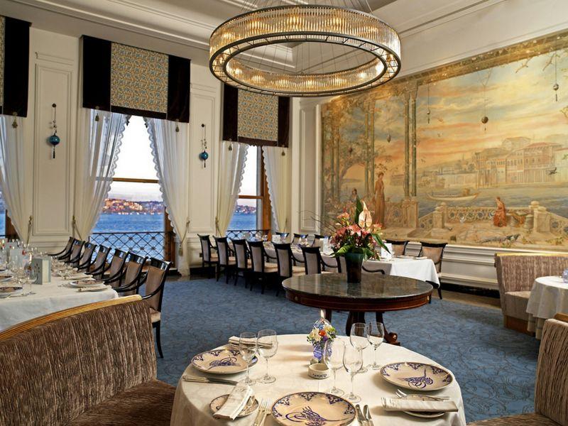 Los restaurantes sirven platos distinguidos con sabores auténticos de la cocina turca.