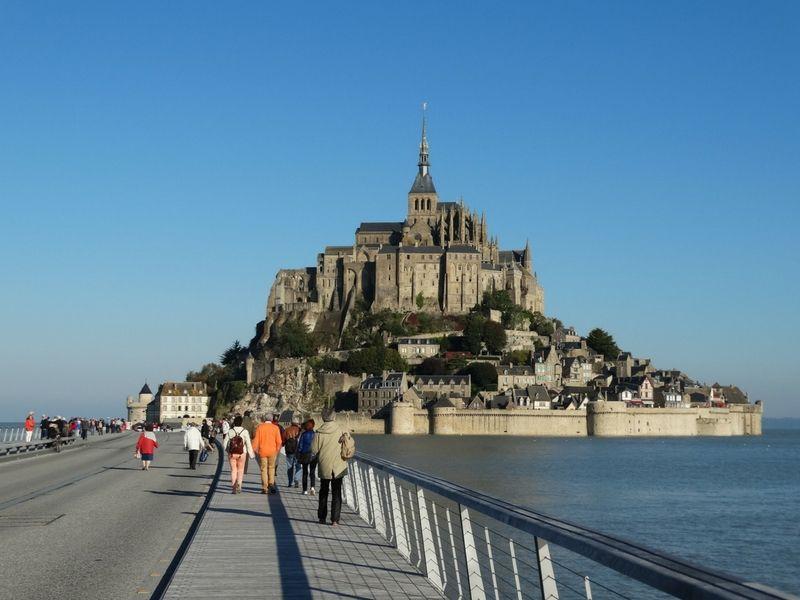 Peregrinando hacia el imponente Mont Saint-Michel.