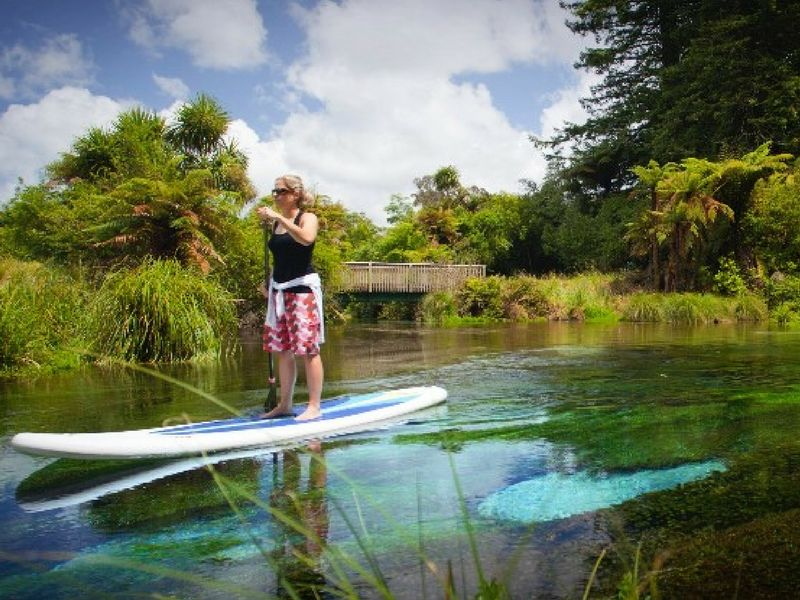 En Rotorua se combina el paisaje volcánico con los ríos y lagos.
