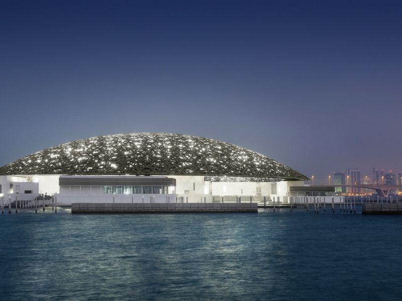 El Louvre Abu Dhabi se destaca por su particular diseño.