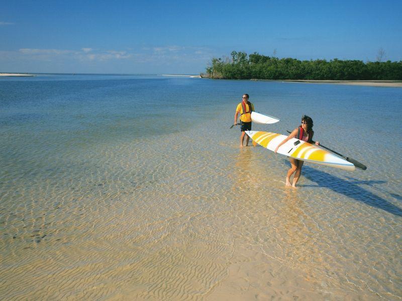 El destino tiene muchas actividades para hacer de a dos: en este caso navegar en kayak hacia islas solitarias.