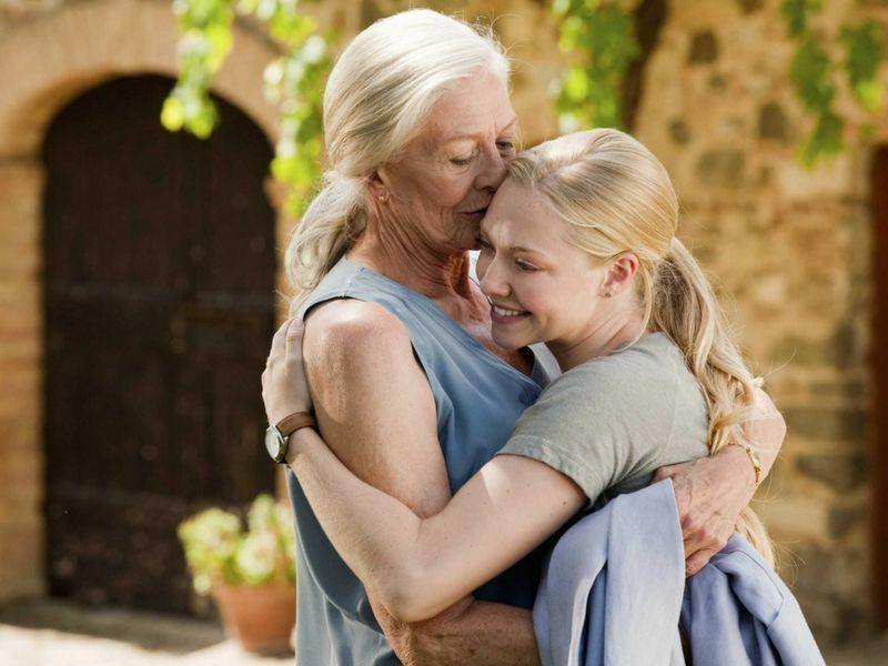 """Vanessa Redgrave y Amanda Seyfried (Claire y Sophie) se funden en un abrazo en """"Cartas a Julieta""""."""