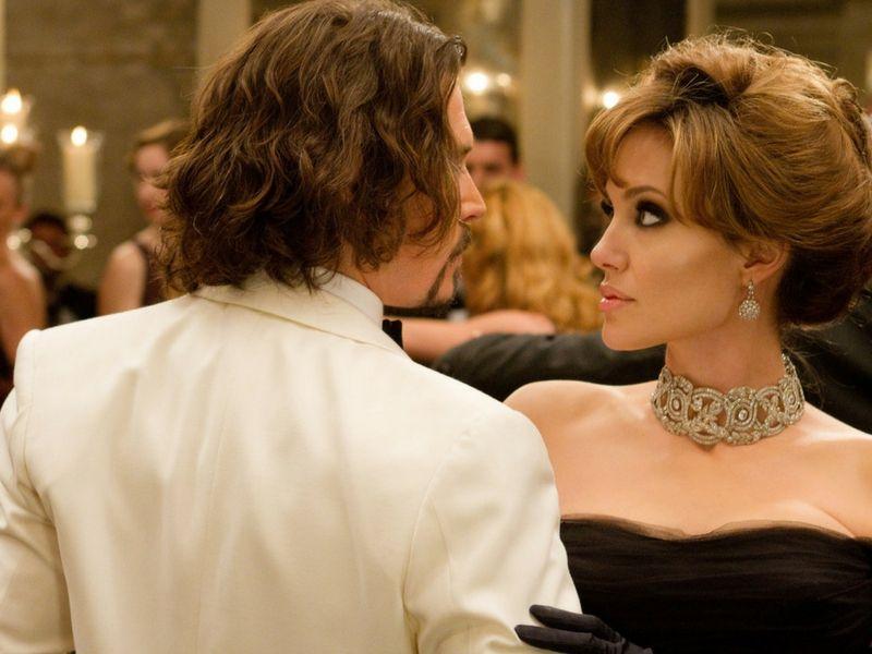 Elise Clifton-Ward (Angelina Jolie) y Frank Tuppelo (Jhonny Depp) bailan en el Fondaco dei Turchi