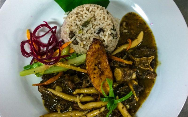 La gastronomía tiene raigambre local y las especias juegan un rol preponderante.
