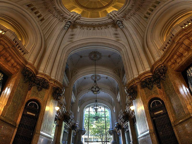 El Palacio Barolo constituye un clásico edificio del trazado urbano porteño que ofrece una vista privilegiada de la ciudad.