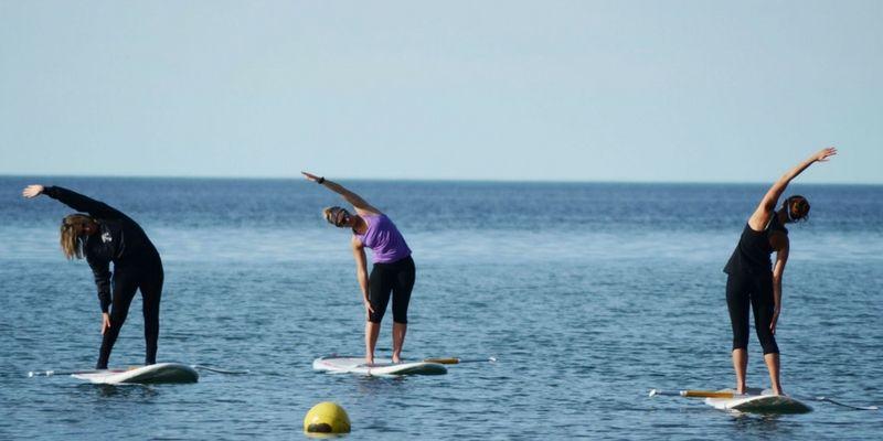 El stand up yoga es una disciplina que se puede hacer en Puerto Madryn: relax en medio del mar y sobre una tabla.