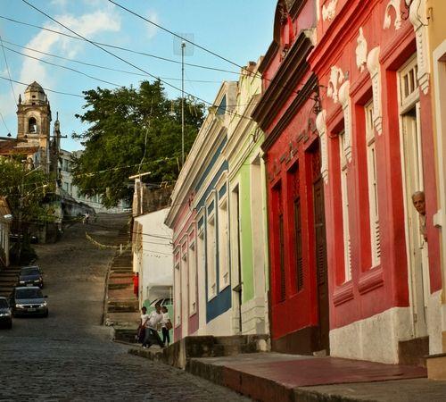 Las casas coloridas sobre calles empedradas brindan a Olinda un encanto especial.