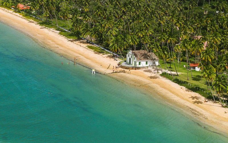 Una pequeña iglesia colonial sobre la arena es la postal de la agreste Carneiros.