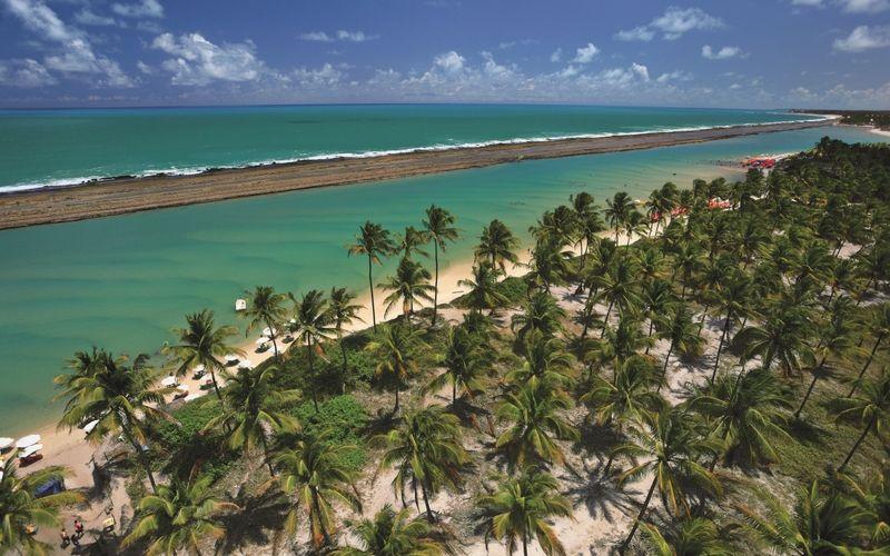 Porto de Galinhas cuenta con una costa de aguas tibias y transparentes protegidas por arrecifes.