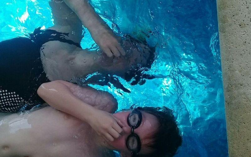 Un momento de diversión en la piscina climatizada.