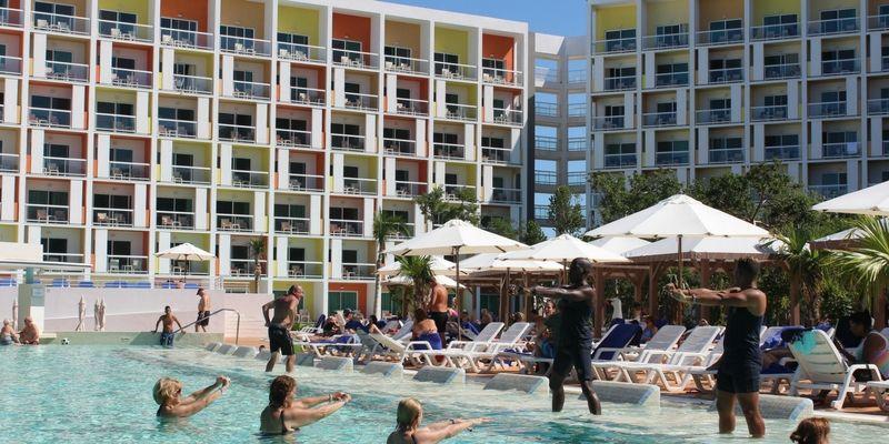 Un clásico de los resorts: clases de gimnasia en la piscina.