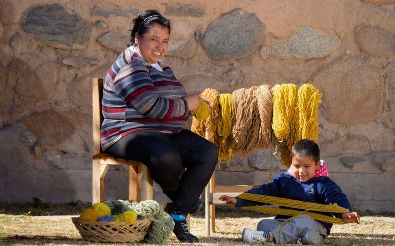Los productos de los artesanos locales atraen a los turistas.