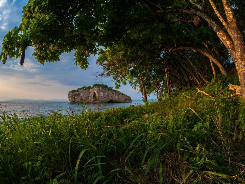 En la Bahía de Banderas se encuentra un área protegida que a través de los años se ha convertido en un maravilloso lugar para bucear y practicar esnórquel. Se trata de Los Arcos.