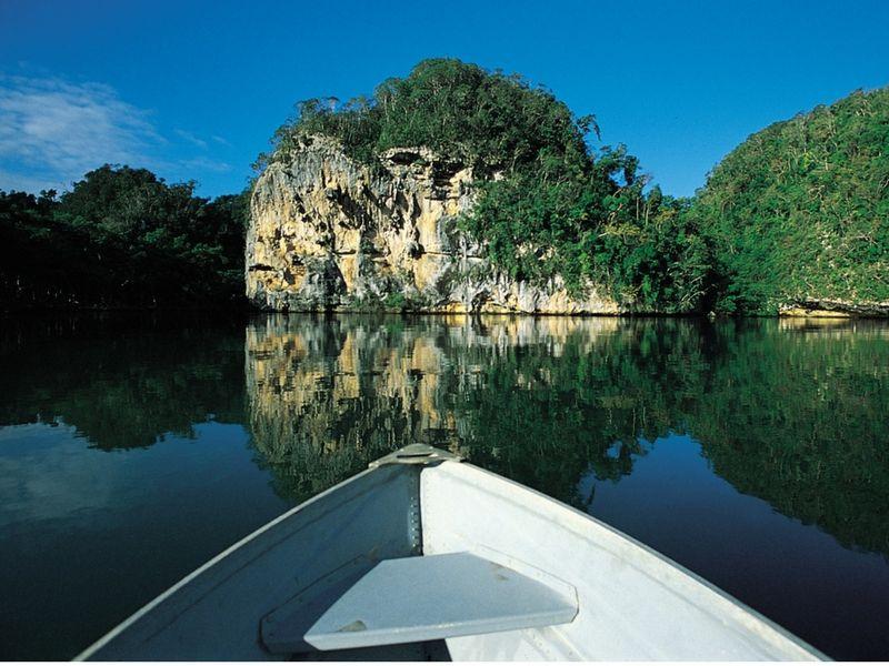 El Parque Nacional Los Haitises es una muestra perfecta de la naturaleza que atesora Samaná. Se accede vía acuática.