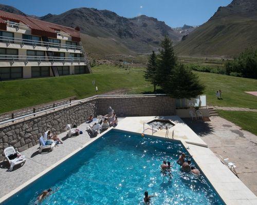 El complejo cuenta con amplias comodidades. En este caso disfrutando del verano en la piscina.