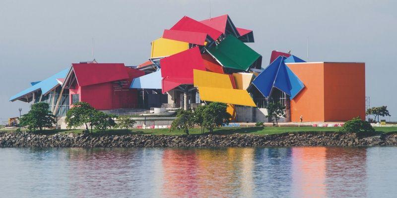 El Biomuseo es un imperdible por su particular diseño -obra del reconocido arquitecto Frank Gehry- y para comprender el origen del istmo de Panamá.