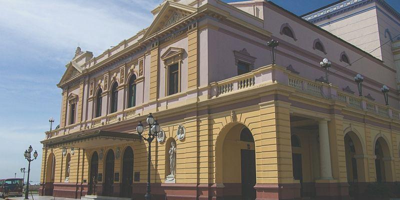 En Panamá también hay sitios de interés histórico y cultural para conocer. Este es el Teatro Nacional.