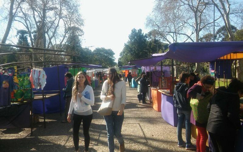 El Parque Centenario ofrece los fines de semana una feria con artículos varios.