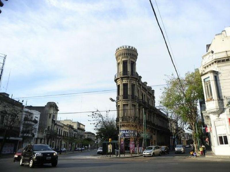 La torre ubicada en Almirante Brown y Benito Pérez Galdós esconde historias de duendes malignos.