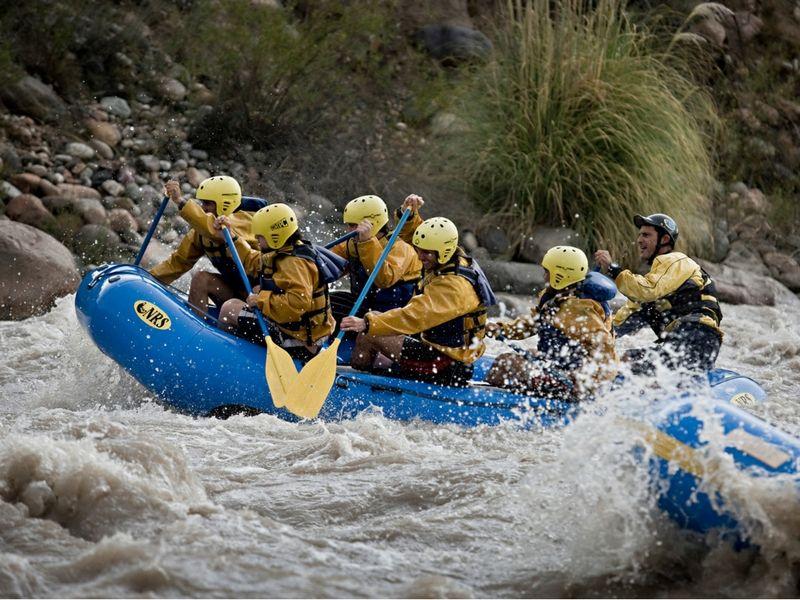 El rafting puede complementarse perfectamente con la visita a las bodegas.