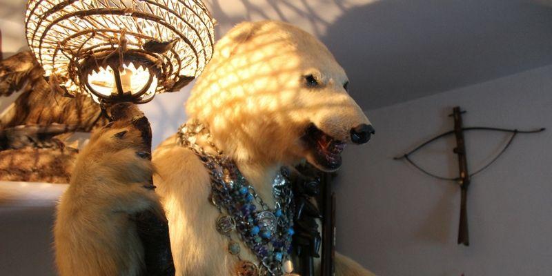 Extraños objetos: el Recibidor del Oso es un animal disecado que sostiene una lámpara y sirve también como paragüero y portacartas.