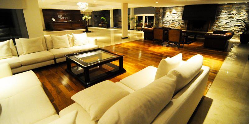 Elegancia y calidez en una de las áreas comunes del hotel.