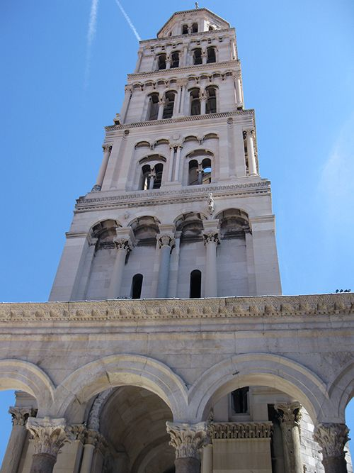 Arcadas del palacio y fachada de la Catedral de San Domnius.