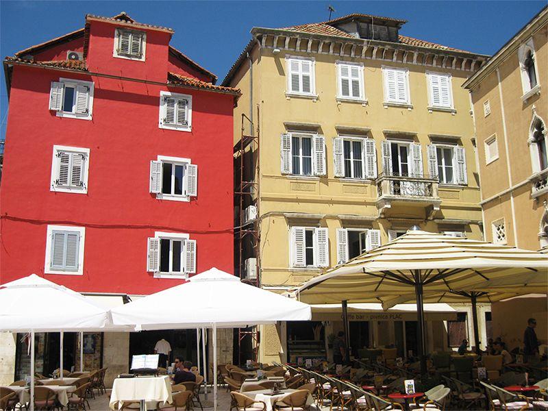 Los edificios se caracterizan por su colorido