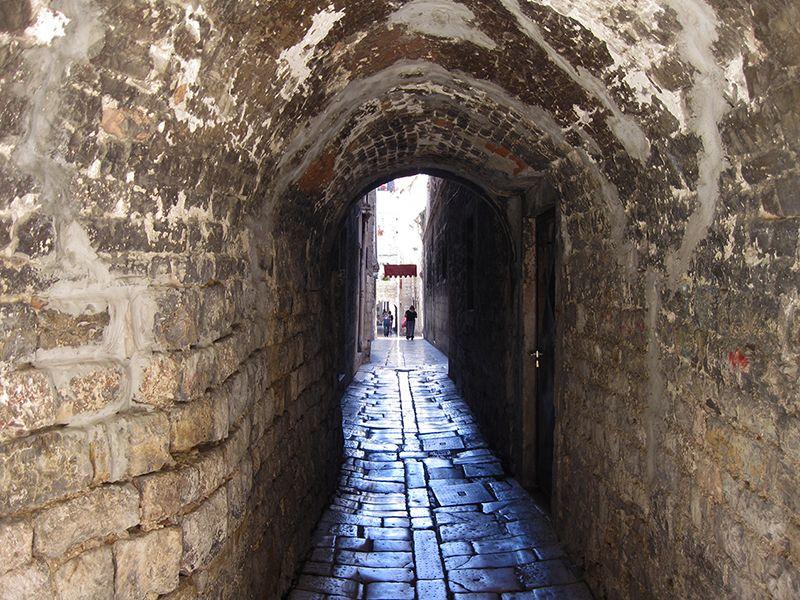Algunas de las callecitas semejan a túneles de piedra.