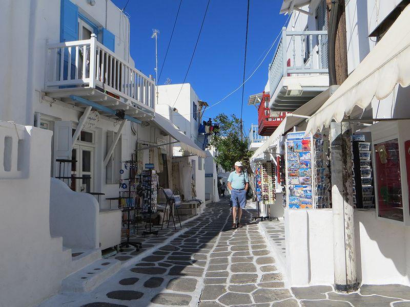 Los pequeños comercios sobresalen en las calles angostas de Mykonos.