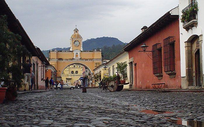 Edificios y calles coloniales para explorar más de la historia local.