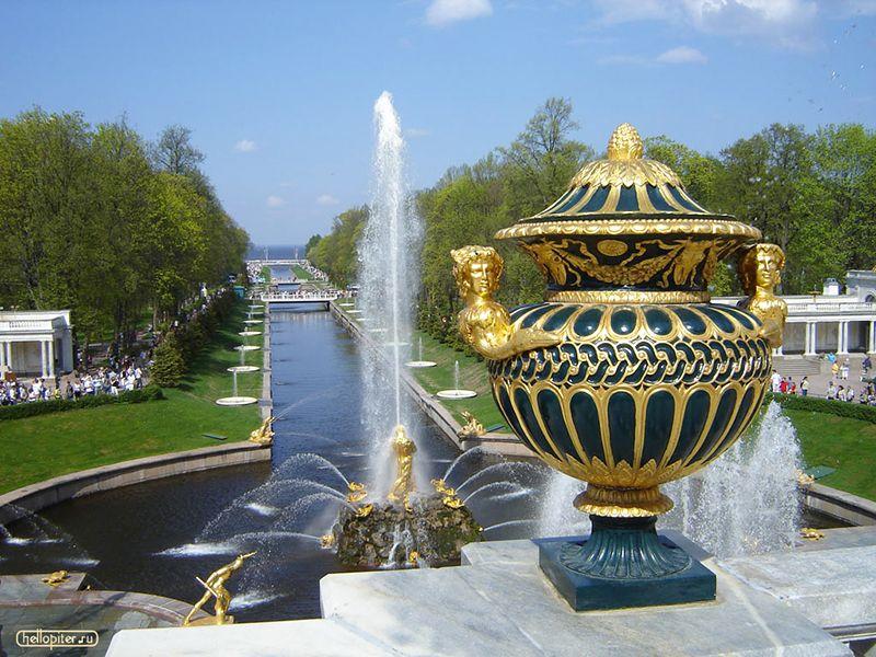 El complejo Peterhof se destaca por sus impresionantes fuentes.