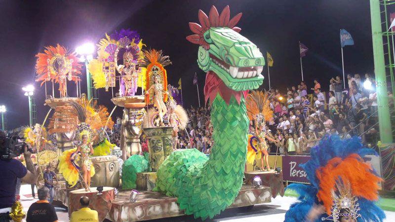 Las carrozas que desfilan en el carnaval de Corrientes.