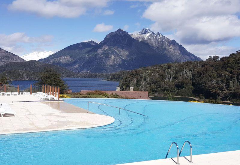 La piscina con una vista inigualable de los cerros y del lago.