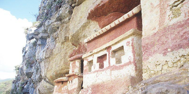 El sitio arqueológico Revash reúne tumbas que encuentran en las aberturas de los acantilados.