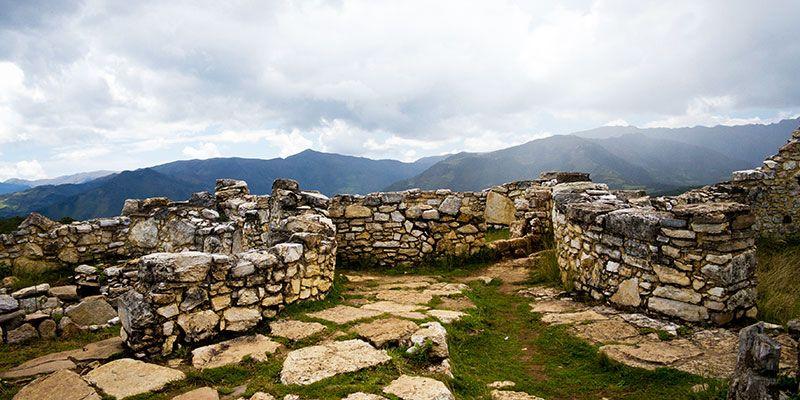 La Fortaleza de Kuélap constituye uno de los legados más imponentes de la cultura chachapoyas. Se extiende a lo largo de 584 m.