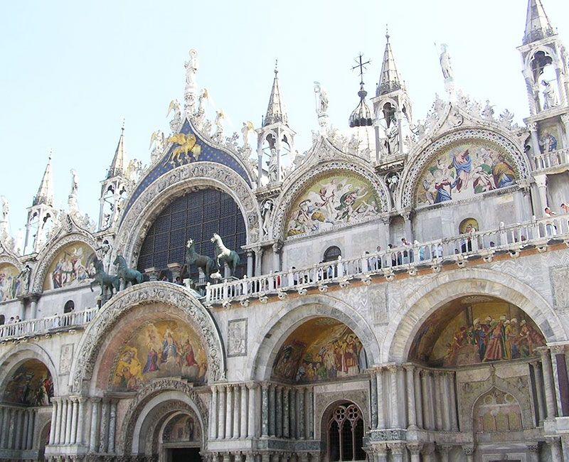 La fachada de la basílica de San Marcos donde se puede ver a los cuatro caballos.