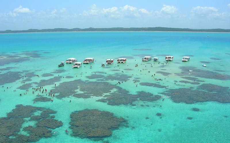 Maragogi se encuentra en la Costa de Corales. Ofrece la posibilidad de disfrutar de las piscinas naturales.