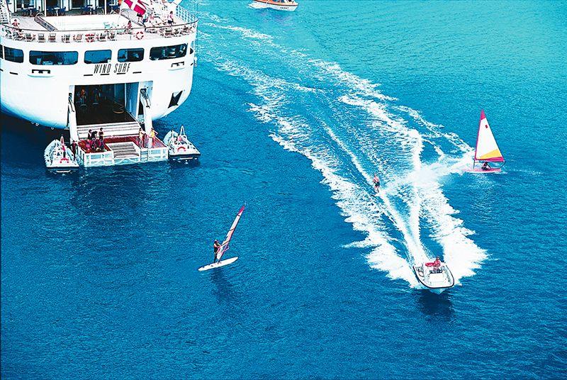 Los barcos de Windsurf disponen de una plataforma marina en popa para practicar deportes acuáticos.