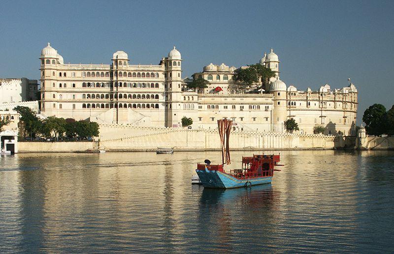 La ciudad de Udaipur se levanta justo en el medio del lago Pichola.