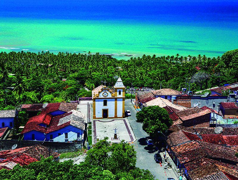 La iglesia principal de Arraial junto al mar.