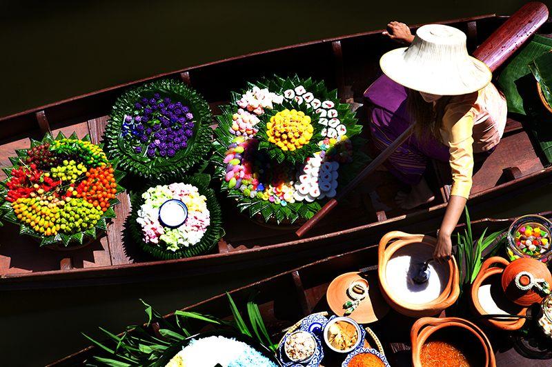 En el río Chao Phraya todos los días se despliega el mercado flotante de frutas