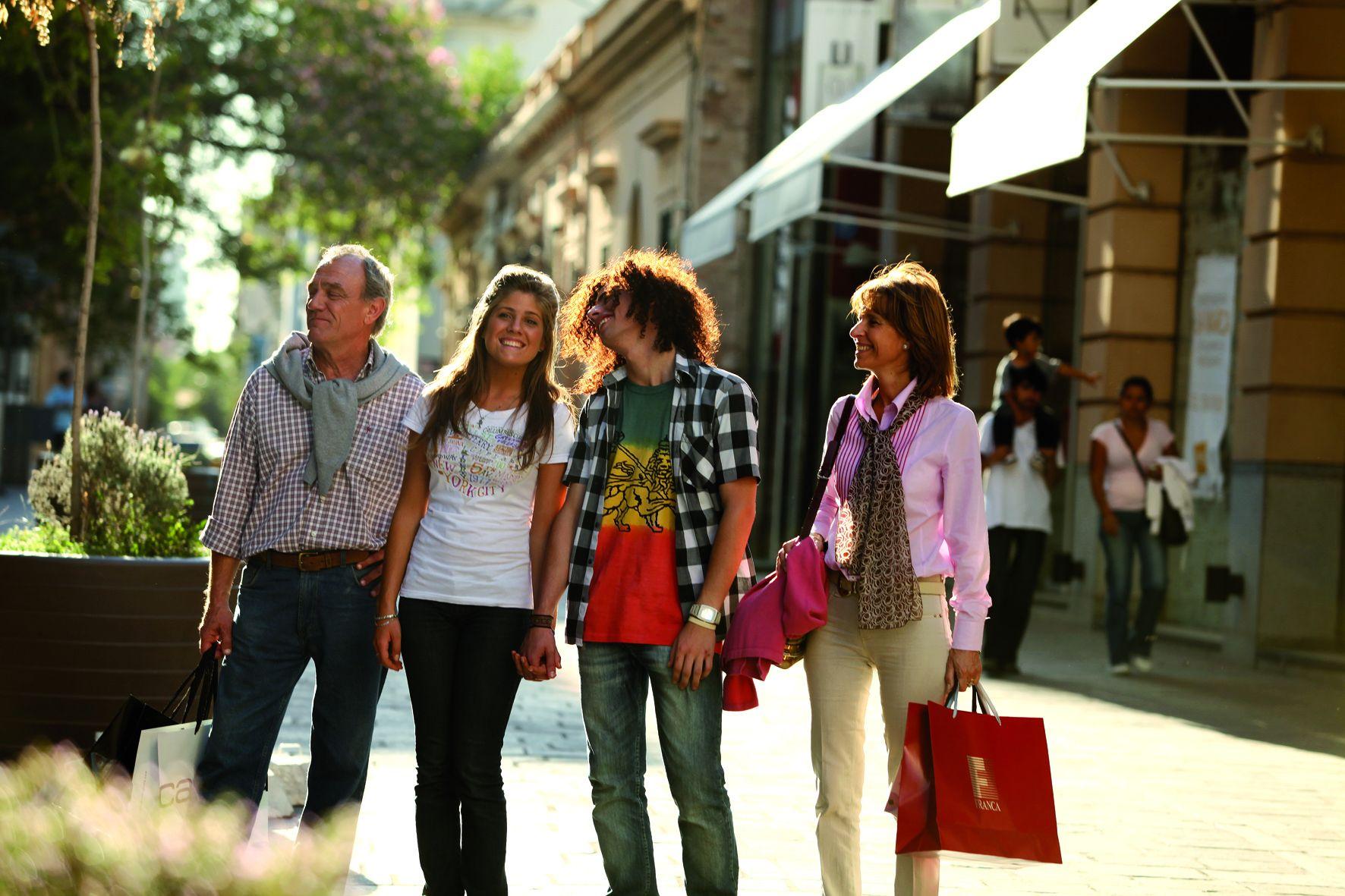 Las compras son otra de las actividades que pueden realizarse en la capital.
