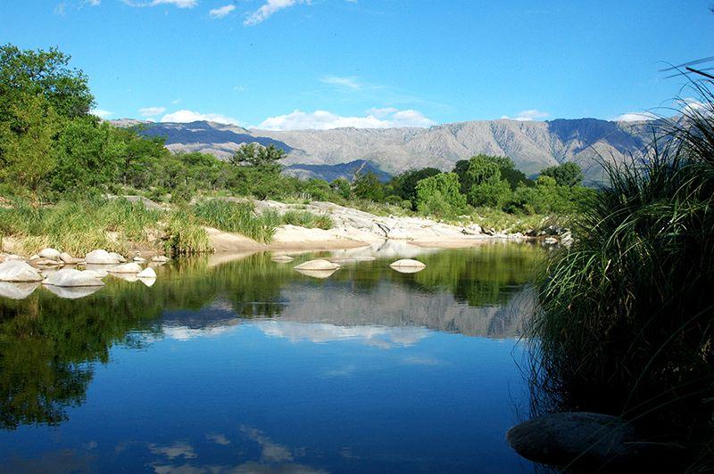 El río Chico atraviesa la localidad de Nono.
