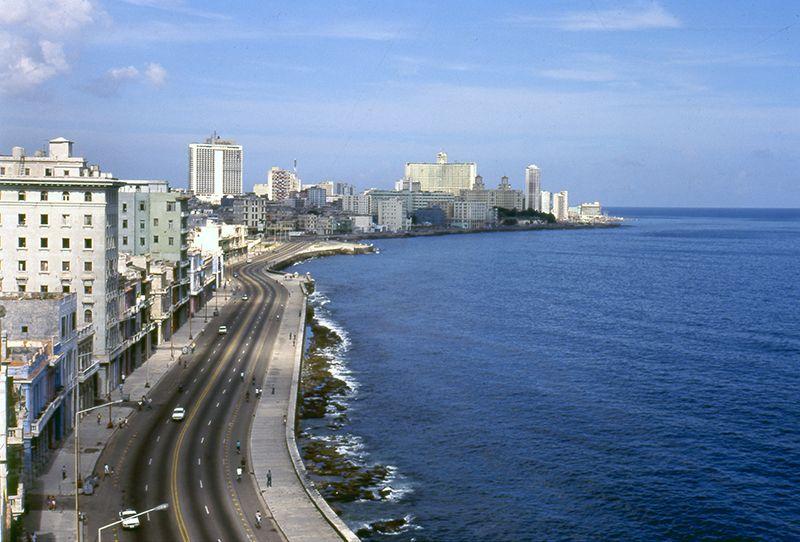 El Malecón es uno de los paseos imperdibles en La Habana.