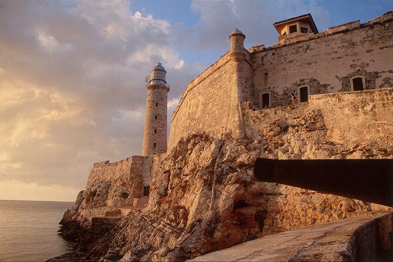 El Castillo de los Tres Reyes del Morro es una de las postales más típicas de la capital cubana.