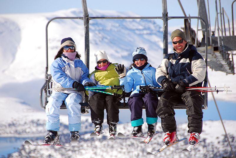 Los centros de esquí en Argentina cuentan con la infraestructura necesaria para atender las necesidades de un grupo familiar.