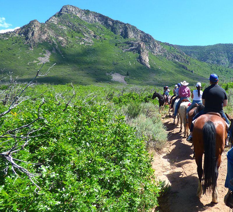 Montar a caballo a la vera de las montañas es una de las actividades familiares cercanas al Hotel Gateway Canyons.