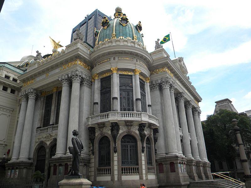 El Teatro Municipal es uno de los señoriales edificios que engalana el centro de Río.