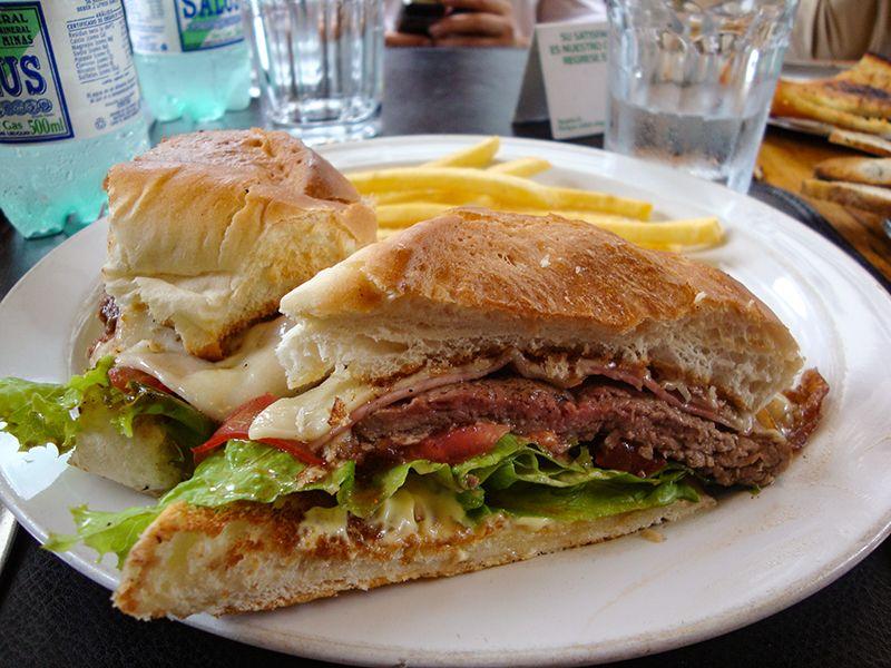 Uno de los platos típicos de Uruguay es el Chivito